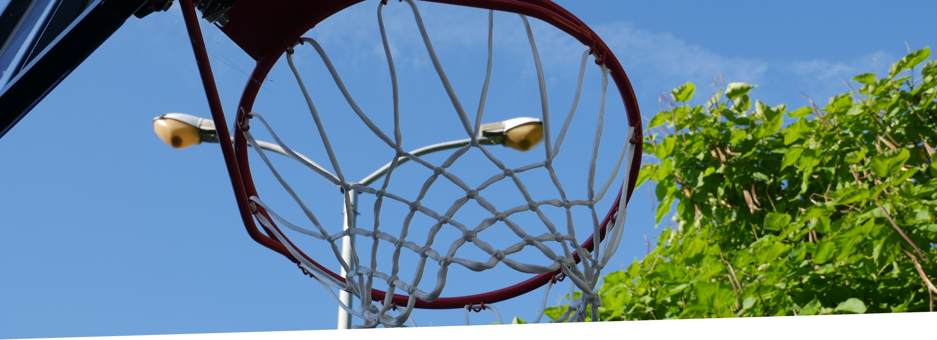 Basketballkorb mit Straßenlaterne