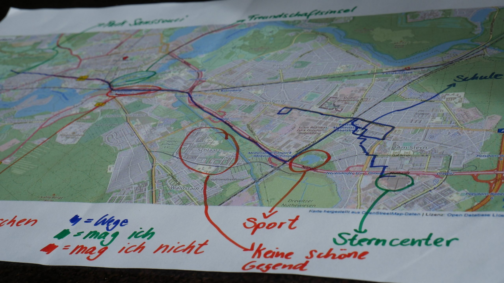 Landkarte von Potsdam, in die Wege und Orte mit farbigen Stiften eingezeichnet sind.