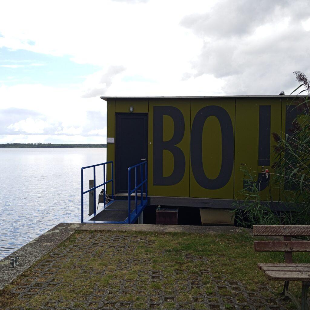 """Floß, das zum Jugendbildungszentrum Blossin gehört, auf dem der Seminarraum aufgebaut ist. Das Floß bzw. der Seminarraum heißt """"Boje""""."""