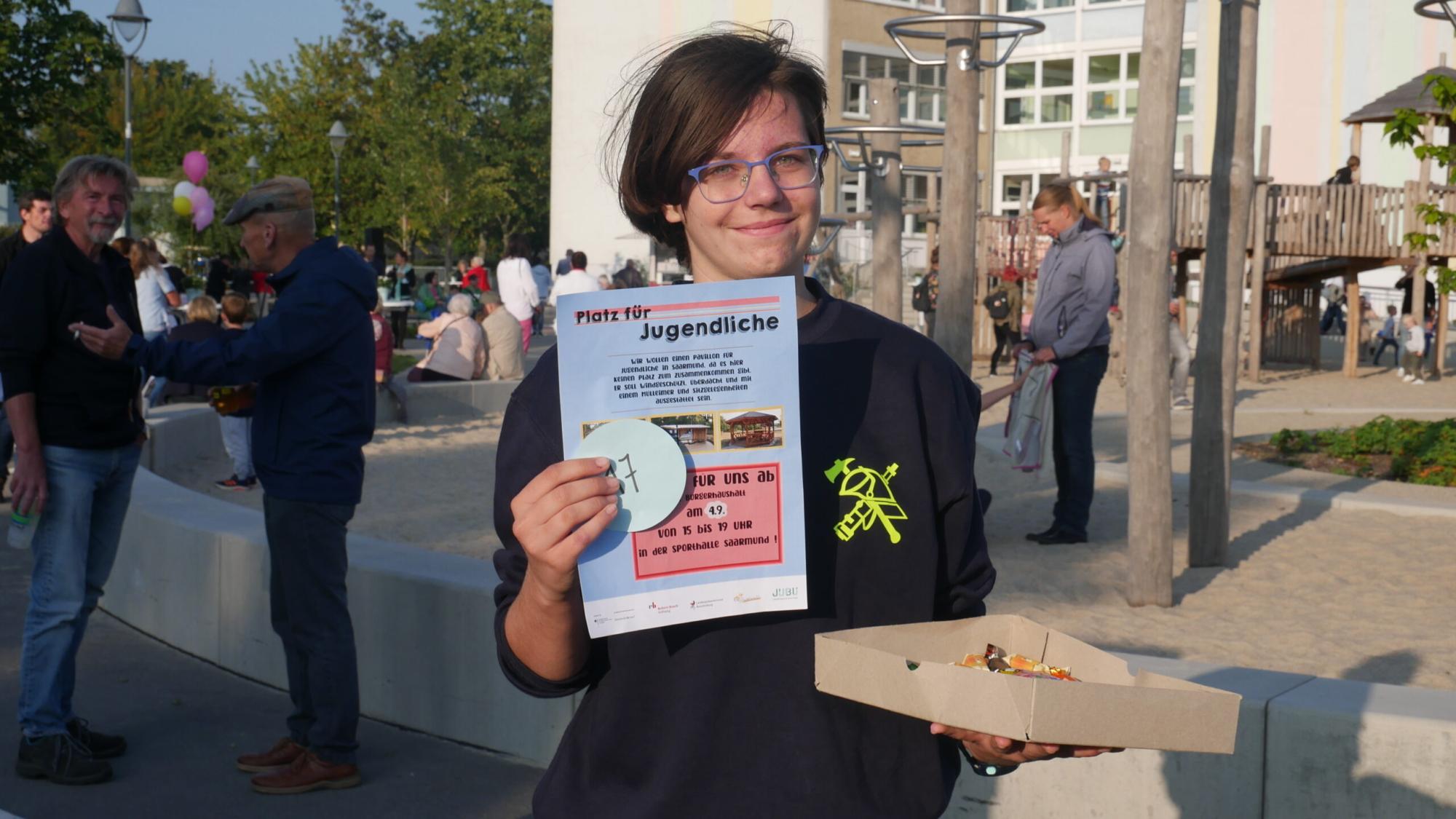 Jugendliche macht Werbung für den Vorschlag beim Tag der Abstimmung in Saarmund.